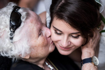 Grand mère embrassant jeune mariée
