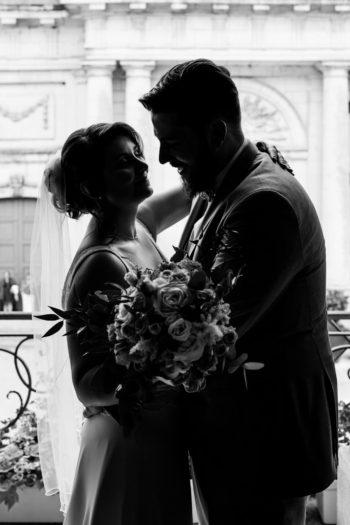 Couple de marié s'embrassant à la mairie