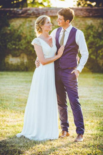 Couple de mariés sous une belle lumière