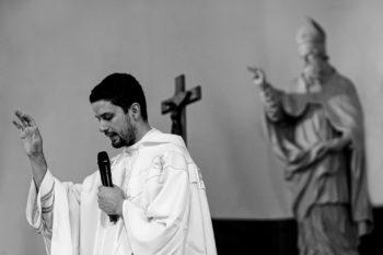 Prêtre benissant mariés en symetrie avec statue